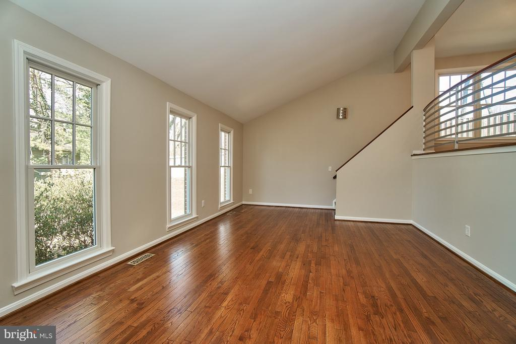 Spacious living room with vaulted ceiling - 8588 CORAL GABLES LN, VIENNA