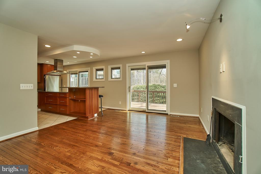 Family room off kitchen with access to deck - 8588 CORAL GABLES LN, VIENNA