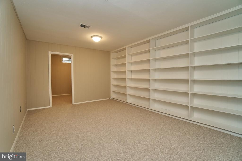Rec room with built-ins - 8588 CORAL GABLES LN, VIENNA