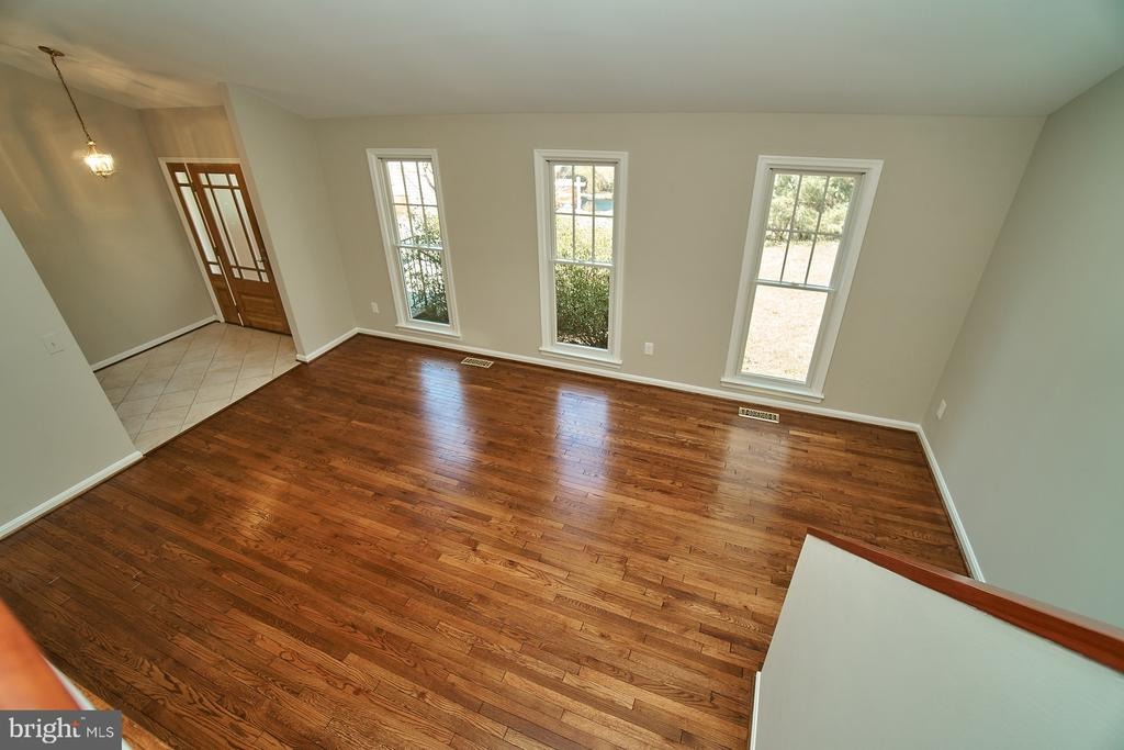 Light and bright living room - 8588 CORAL GABLES LN, VIENNA