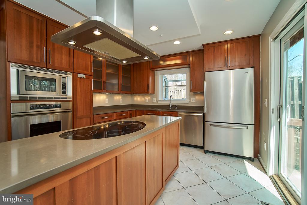 Kitchen with access to deck and yard - 8588 CORAL GABLES LN, VIENNA