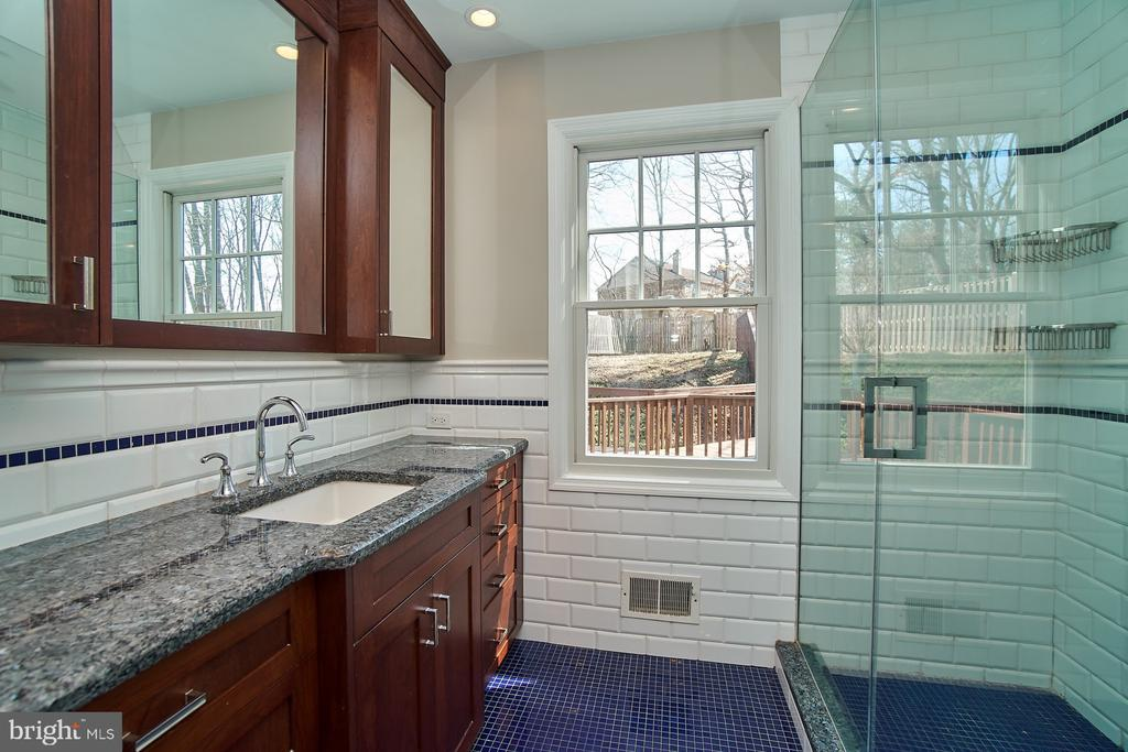 Remodeled master bath with walk-in shower - 8588 CORAL GABLES LN, VIENNA