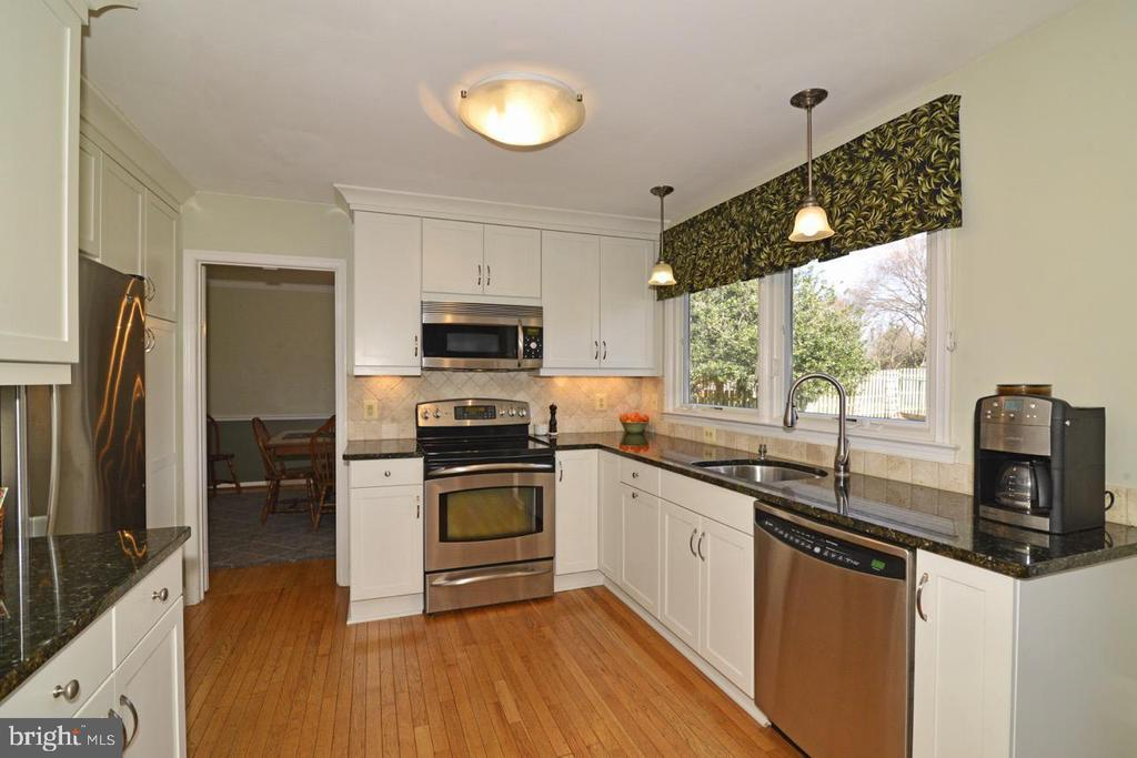 Kitchen with 42' Cabs and Stainless Appliance - 13366 POINT RIDER LN, HERNDON