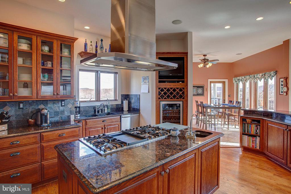 Gourmet kitchen has 6 burner Thermador cooktop - 14720 SUMMIT VIEW, PURCELLVILLE