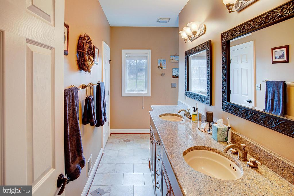 Master bathroom with Silestone counters - 14720 SUMMIT VIEW, PURCELLVILLE
