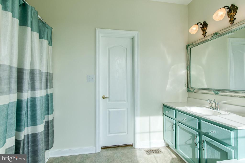 Walk-in shower - 40 KNOTSANCHOR LN, FREDERICKSBURG