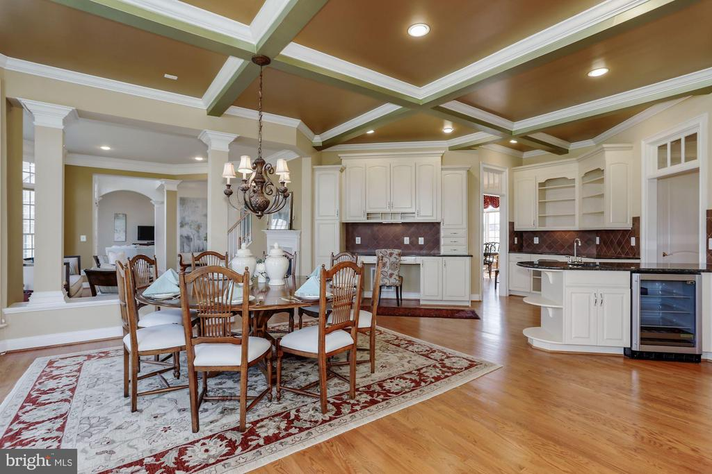 Huge Kitchen with Built in Desk and Wine Fridge - 40471 GRENATA PRESERVE PL, LEESBURG