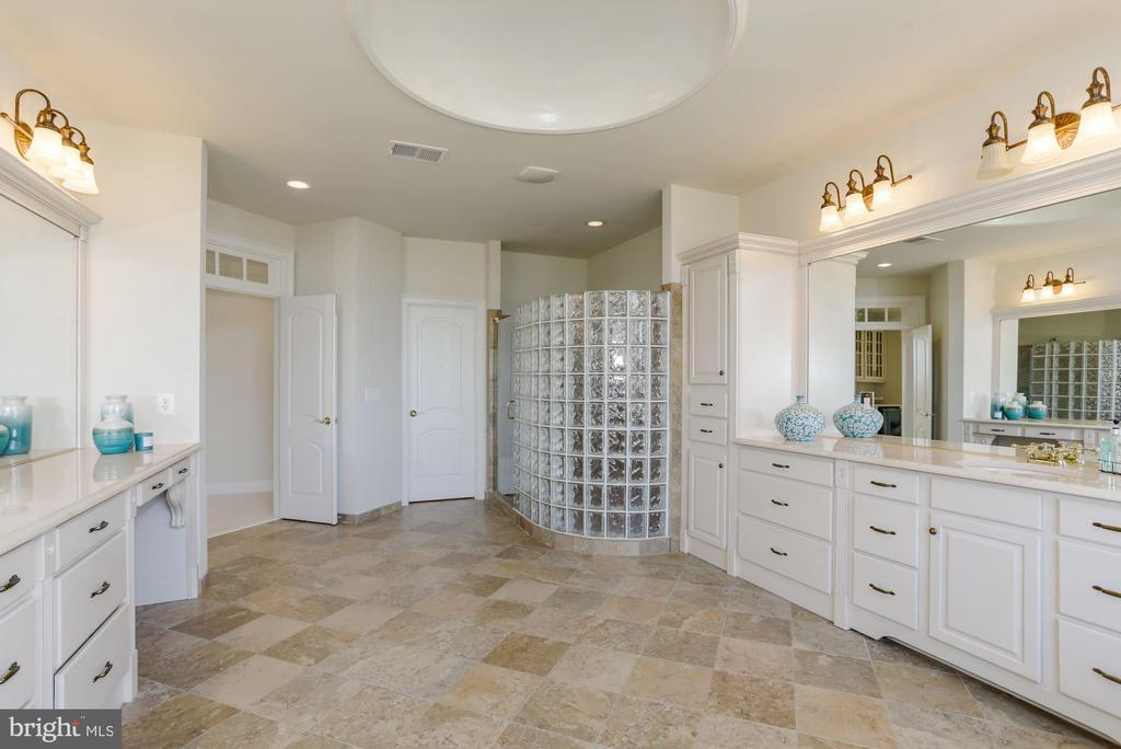 Dual Vanity Master Bathroom  with Built in Vanity - 40471 GRENATA PRESERVE PL, LEESBURG