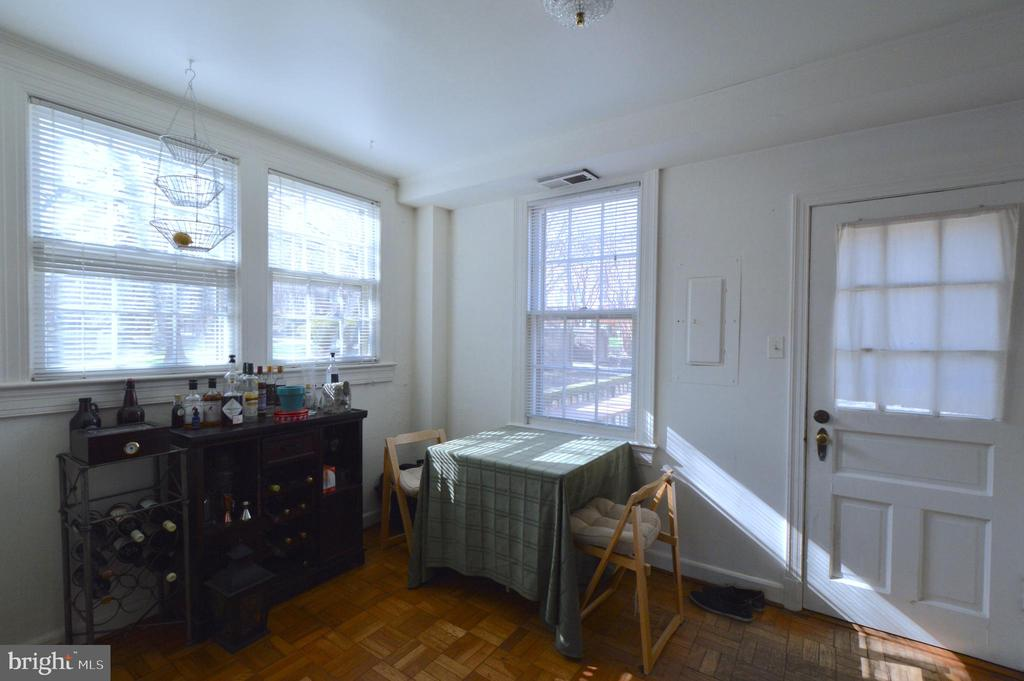 Dinning room conveniently opens to the deck - 1400 S BARTON ST #417, ARLINGTON