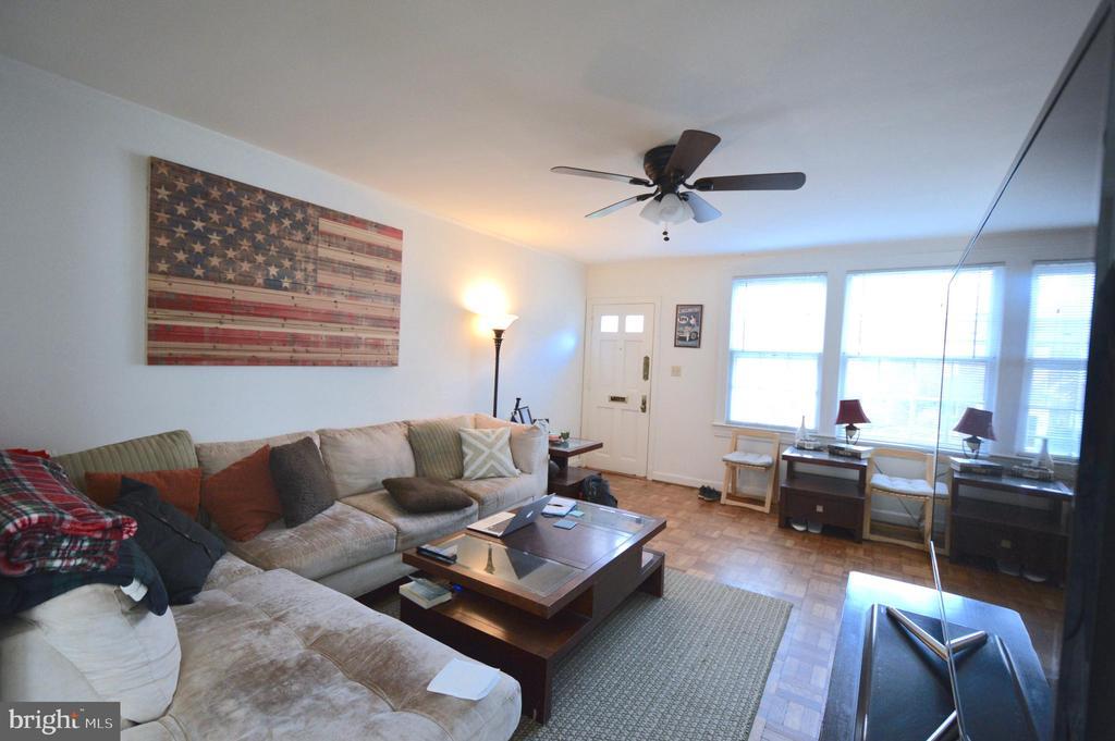 Full of light living room - 1400 S BARTON ST #417, ARLINGTON