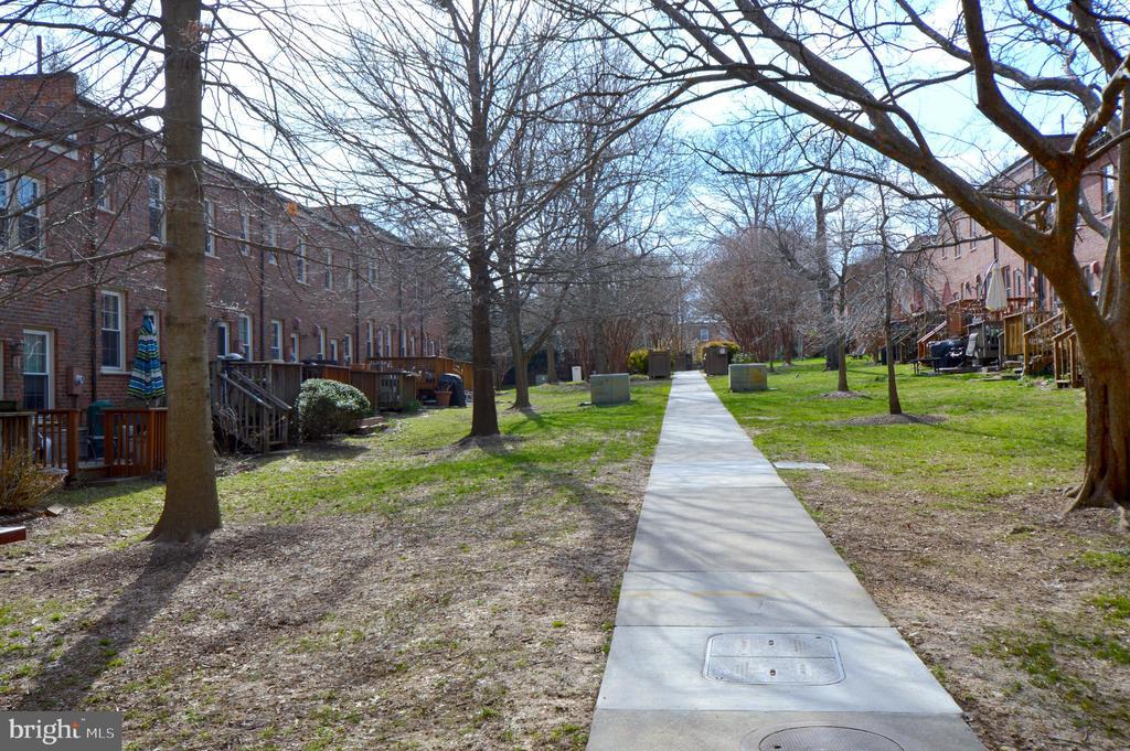 Nice walking paths - 1400 S BARTON ST #417, ARLINGTON