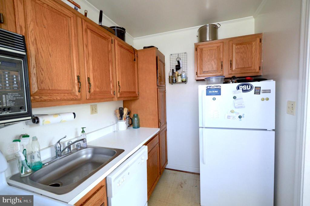 Kitchen with pantry - 1400 S BARTON ST #417, ARLINGTON