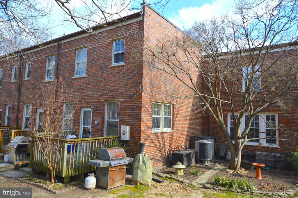 End unit backs to quiet lawn and garden - 1400 S BARTON ST #417, ARLINGTON