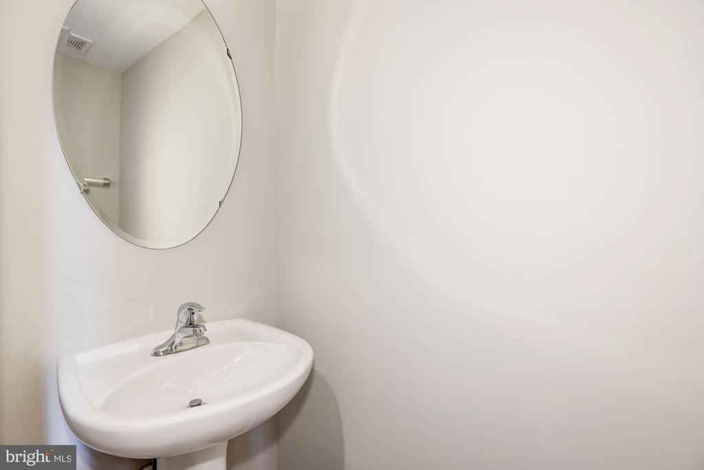 Half bath main level - 44473 TYRONE TER, ASHBURN