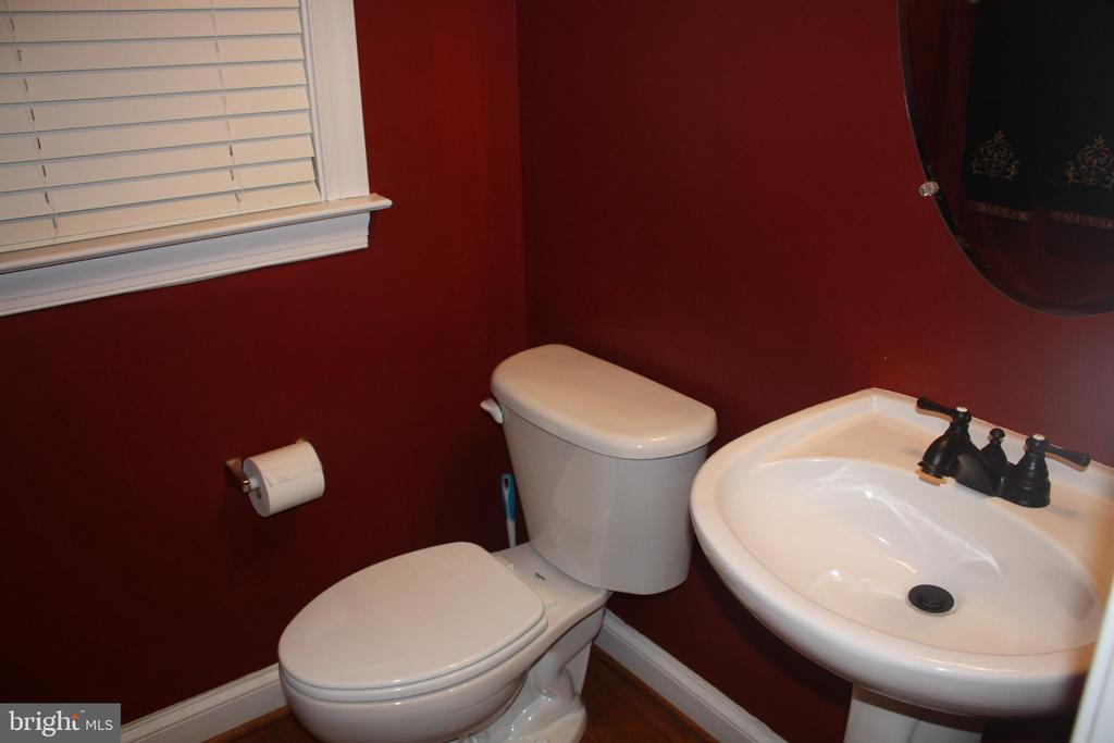 2nd Powder room on main level - 43122 ROCKY RIDGE CT, LEESBURG