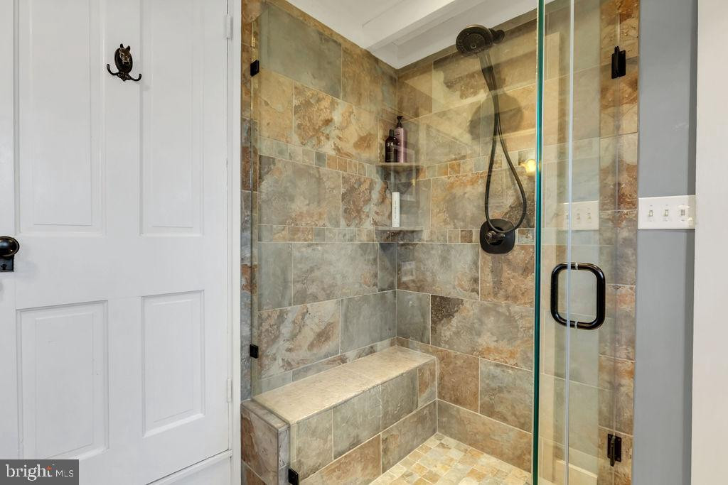 Oversized glass/tile shower - 13410 GOODHART LN, LEESBURG