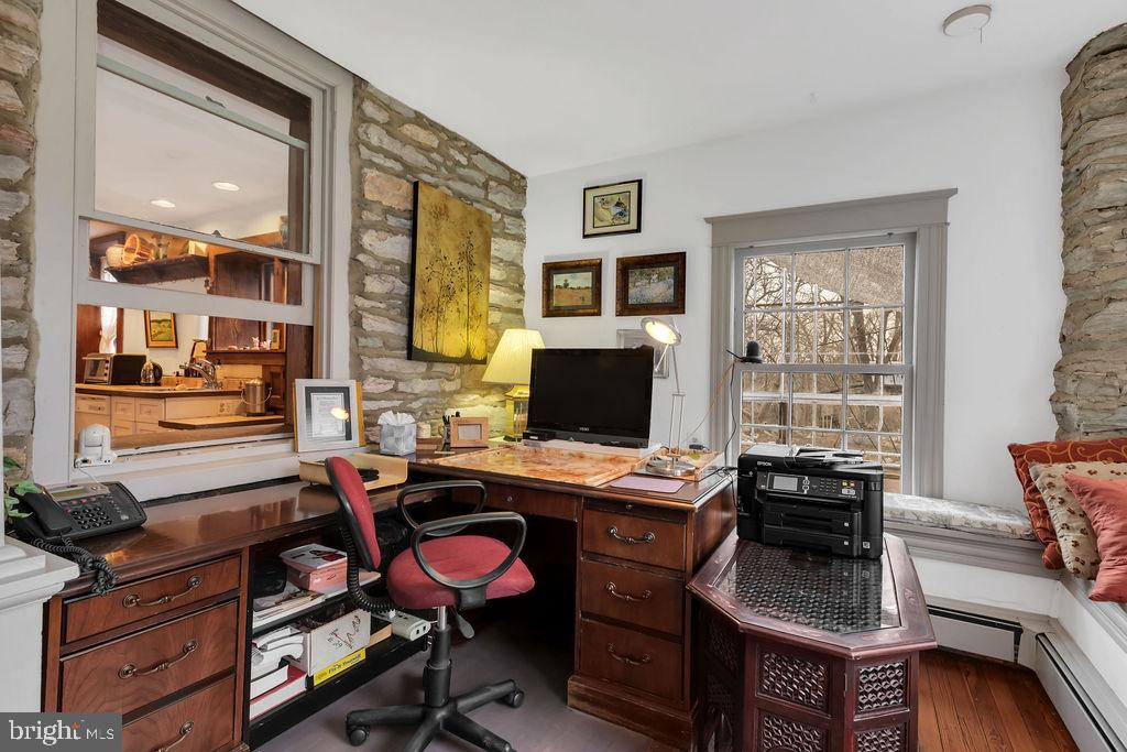 Cozy office space with window seats - 13410 GOODHART LN, LEESBURG