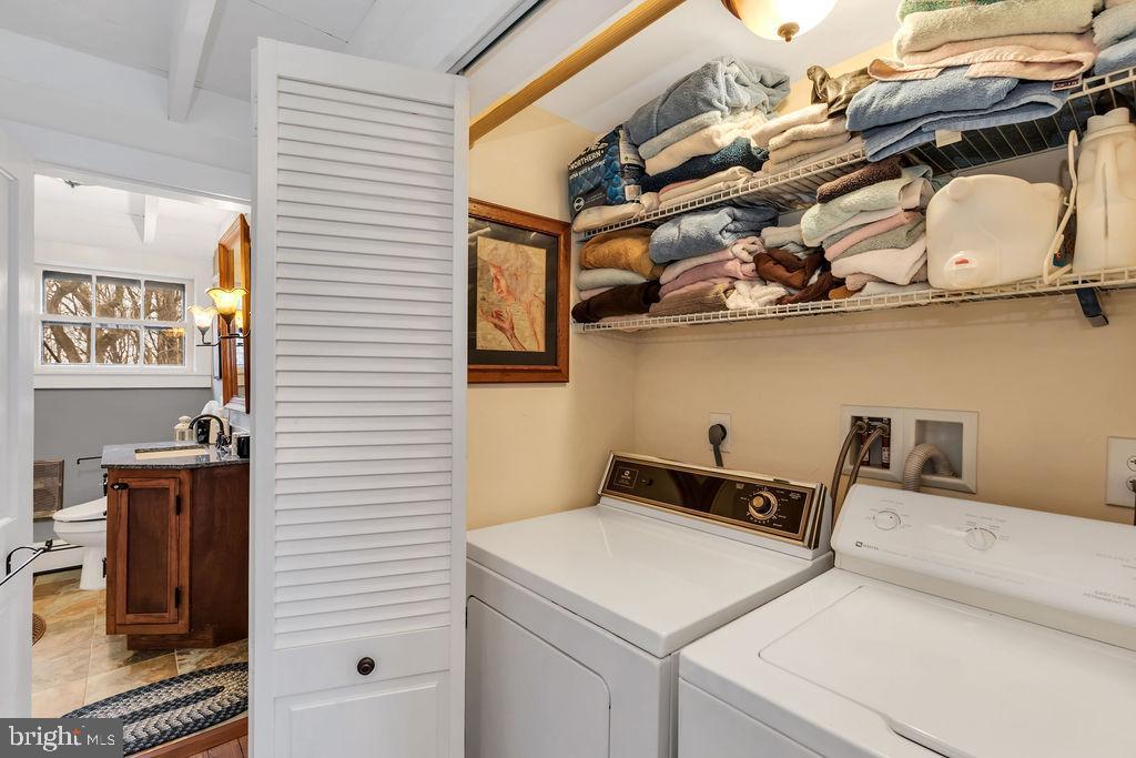 Convenient upper level laundry - 13410 GOODHART LN, LEESBURG
