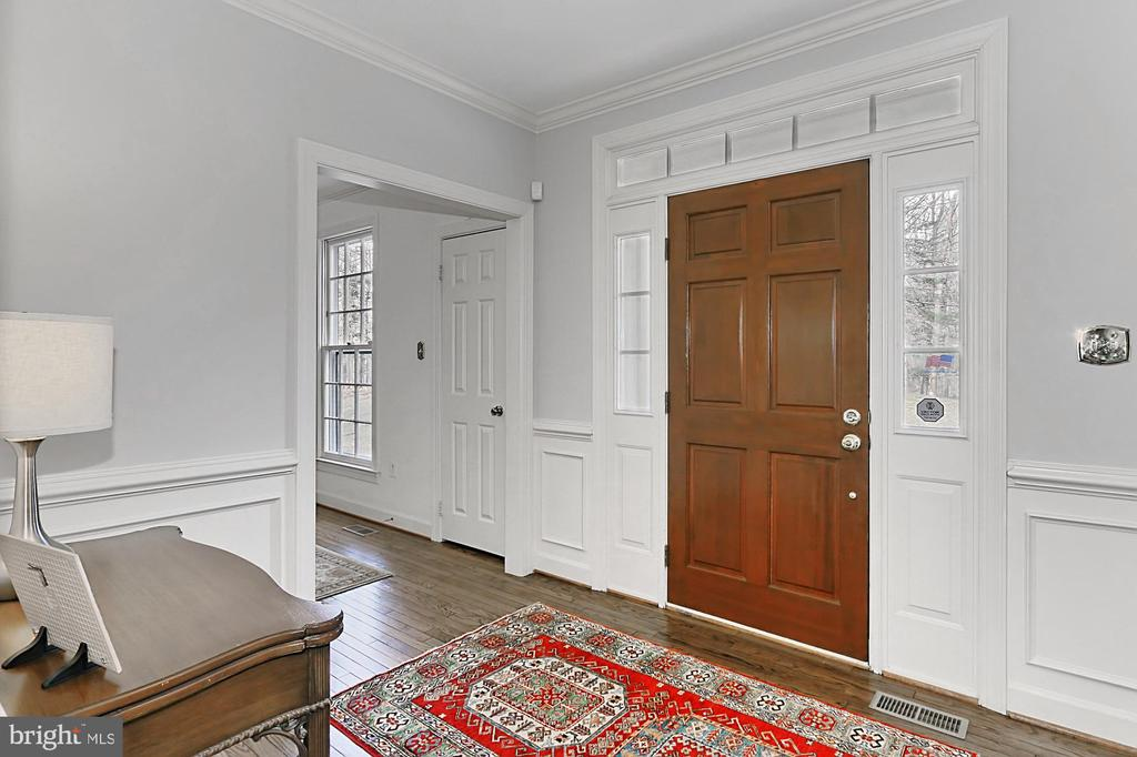 Light, bright entry with fresh paint! - 10625 TIMBERIDGE RD, FAIRFAX STATION