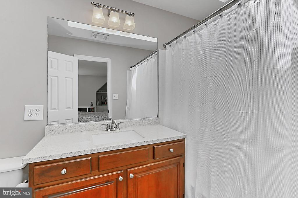 En suite bath for second master bedroom. - 10625 TIMBERIDGE RD, FAIRFAX STATION