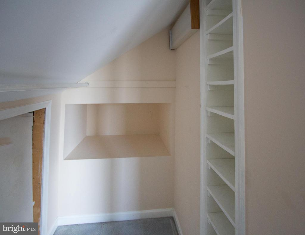 Bedroom 3 with built in shelves - 266 MOSEBY DR, MANASSAS PARK