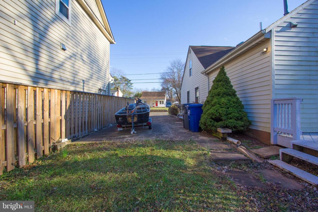 Long driveway for off street parking. - 266 MOSEBY DR, MANASSAS PARK