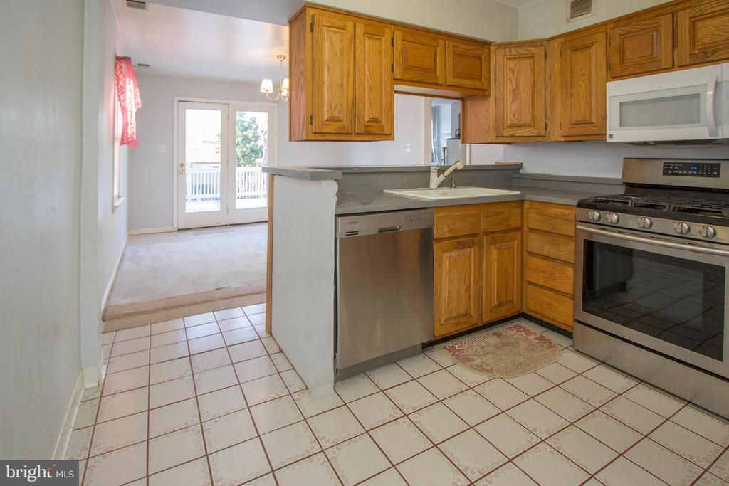Big kitchen with gas cooking. - 266 MOSEBY DR, MANASSAS PARK