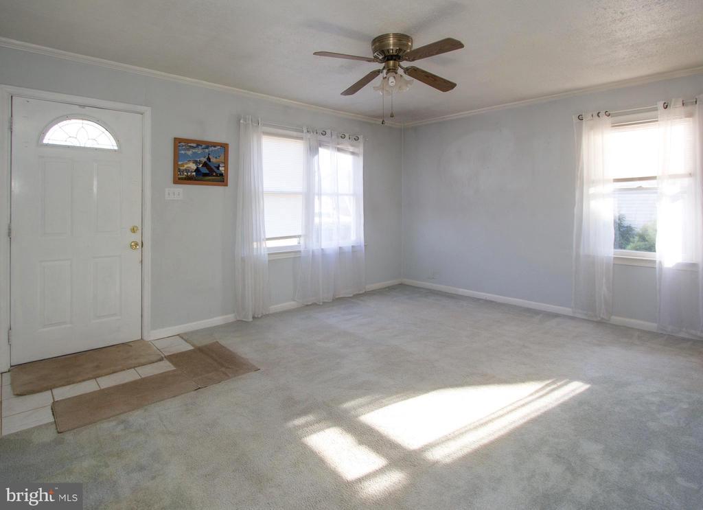 Light filled living room - 266 MOSEBY DR, MANASSAS PARK