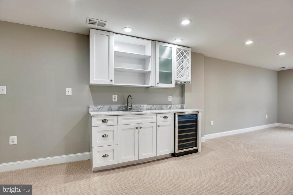 Wet bar in rec room - 8324 OLD DOMINION DR, MCLEAN