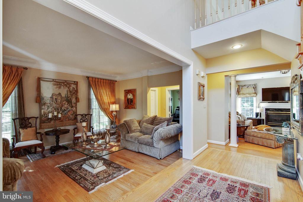Hardwood entry to living room - 9018 LUPINE DEN DR, VIENNA