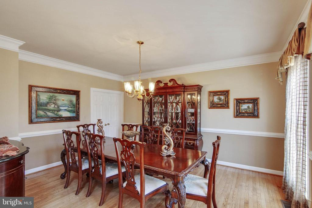 Dining room allows for large - 9018 LUPINE DEN DR, VIENNA