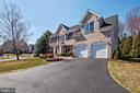 Long driveway to accommodate many guests. - 9018 LUPINE DEN DR, VIENNA
