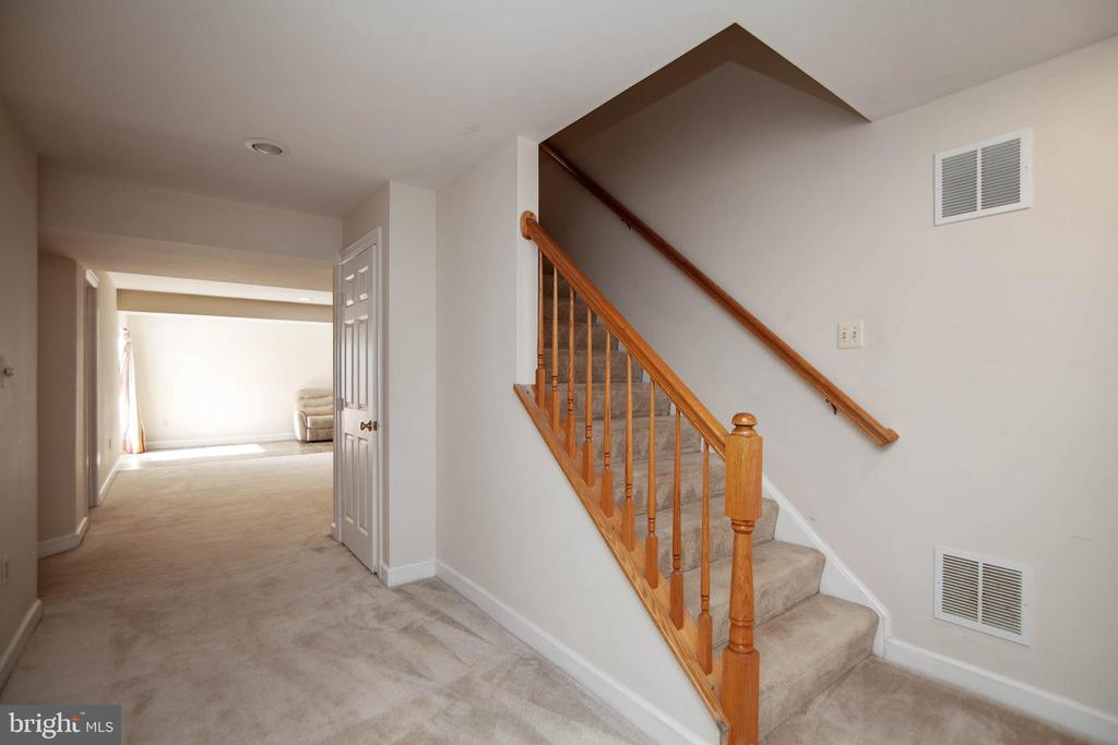 Entrance to lower level - 9018 LUPINE DEN DR, VIENNA