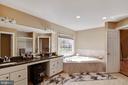 Master bath with separate shower & garden tub. - 9018 LUPINE DEN DR, VIENNA