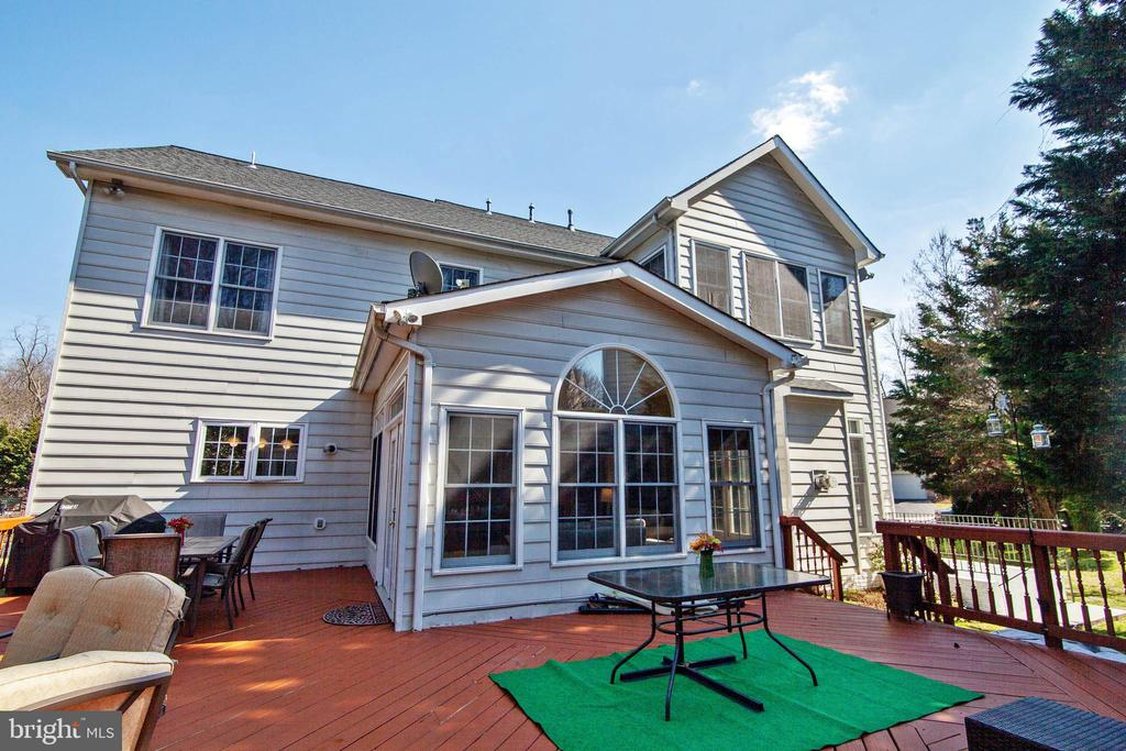 Private deck setting surrounded by trees - 9018 LUPINE DEN DR, VIENNA