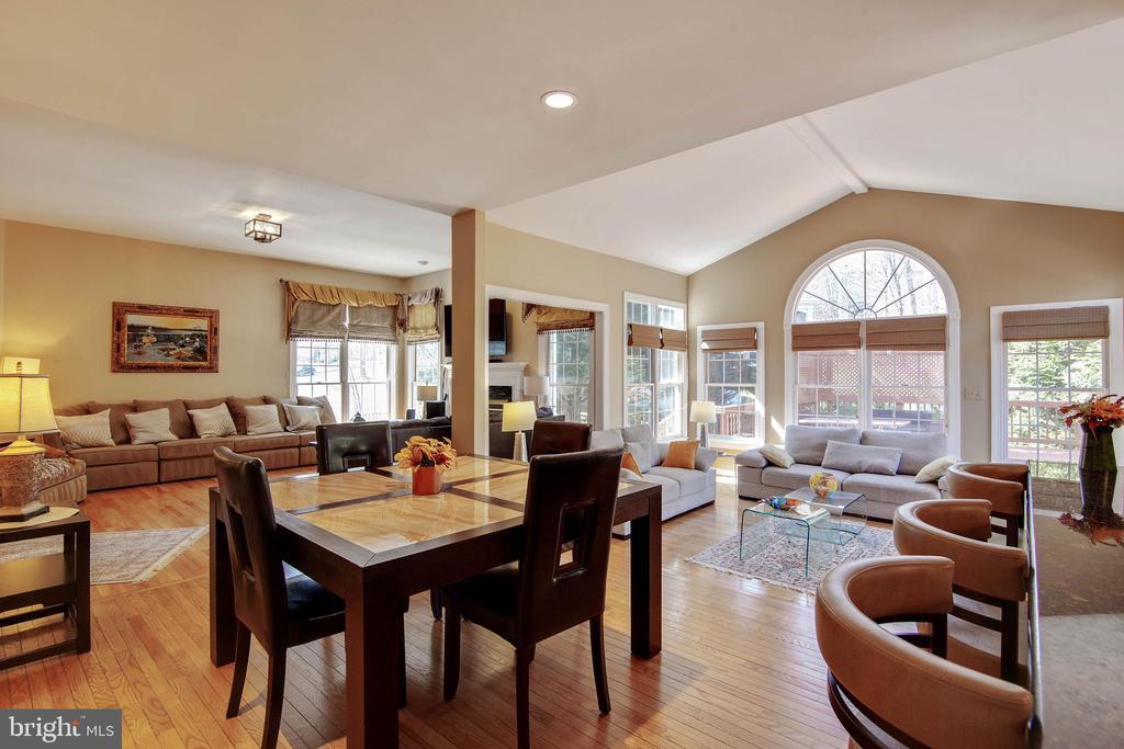 Wide expansive kitchen ,family room & sunroom, - 9018 LUPINE DEN DR, VIENNA