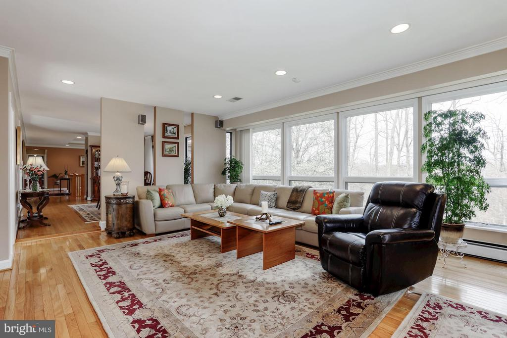 Family Room  with windows - 8900 GLENBROOK RD, FAIRFAX