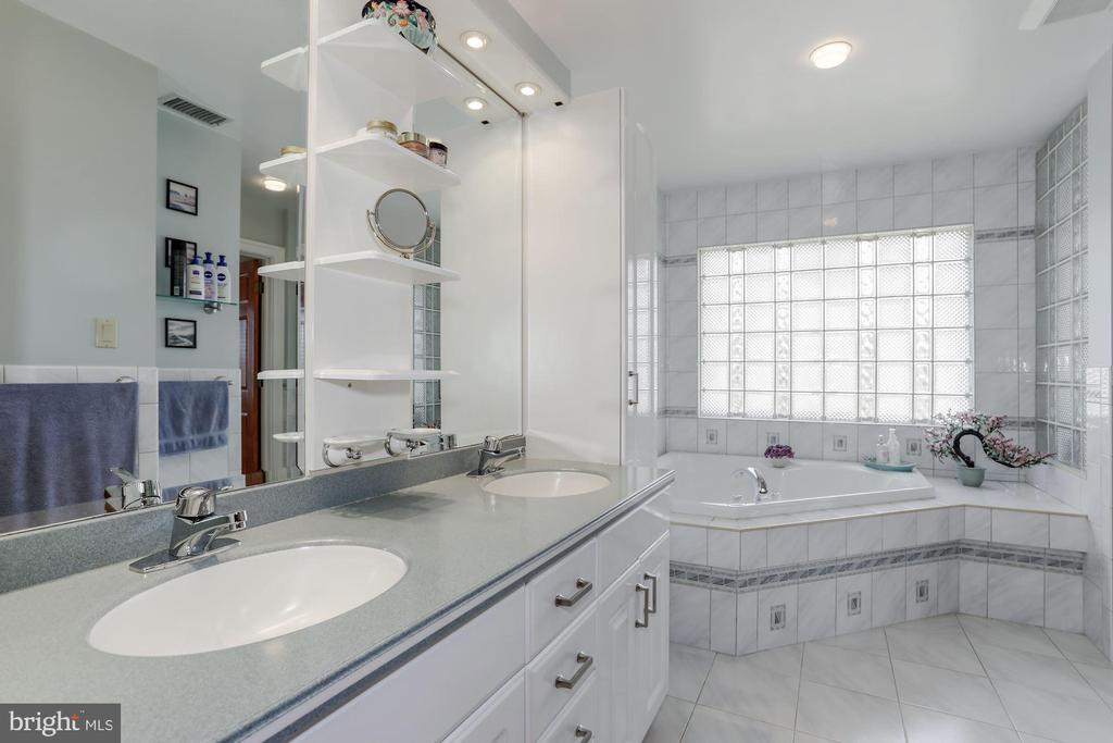 Master Bathroom - 8900 GLENBROOK RD, FAIRFAX