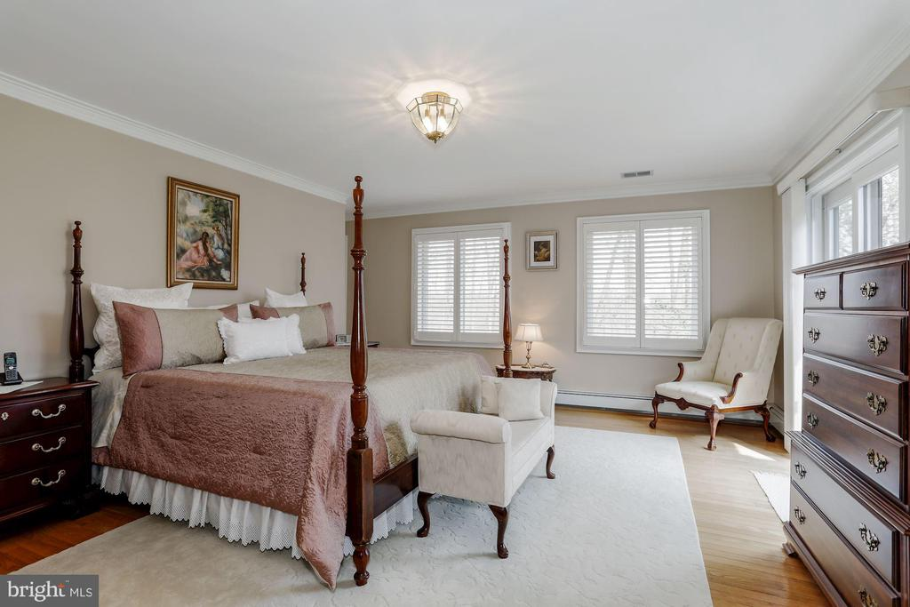 Master Bedroom with windows - 8900 GLENBROOK RD, FAIRFAX