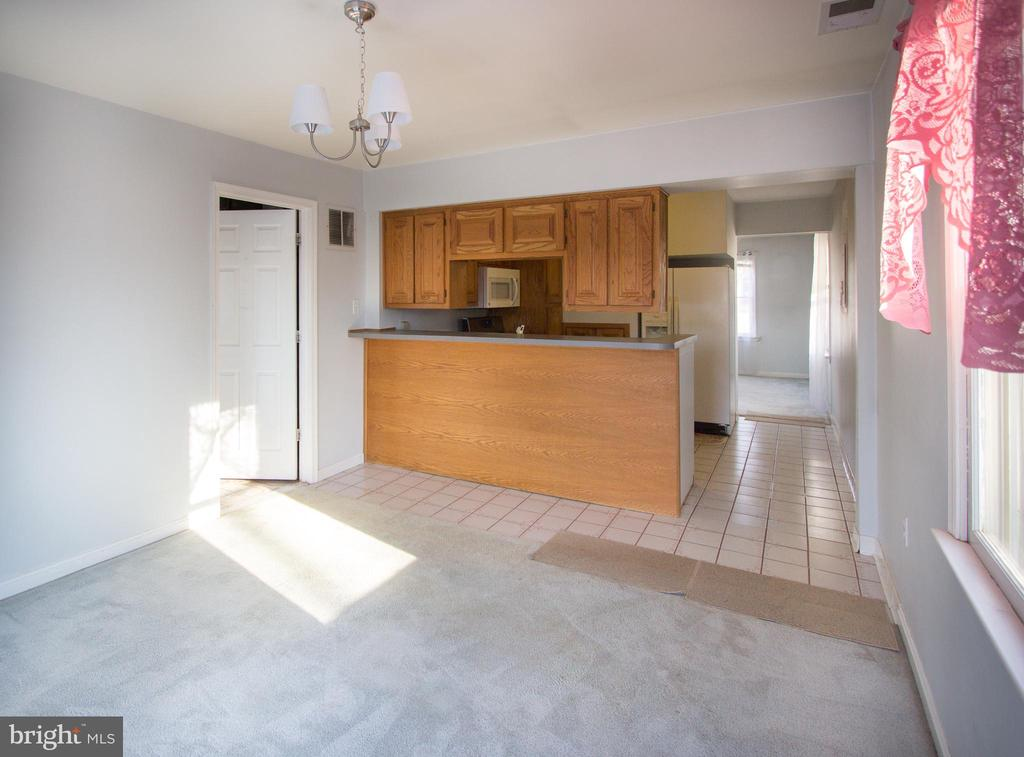 Kitchen open to dining room - 266 MOSEBY DR, MANASSAS PARK