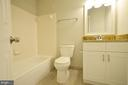 Updated Full Bathroom on Bedroom Level - 20946 SANDSTONE SQ, STERLING