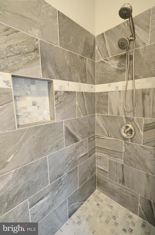 Amazing Walkin Shower - 20946 SANDSTONE SQ, STERLING