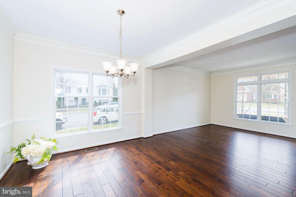 New hardwoods throughout main level - 25948 DONOVAN DR, CHANTILLY