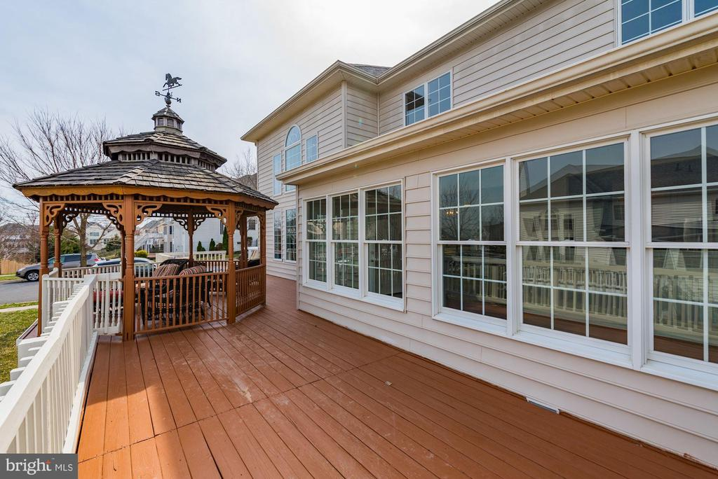 500 ft of deck w/ gazebo-  entertainers dream! - 25948 DONOVAN DR, CHANTILLY