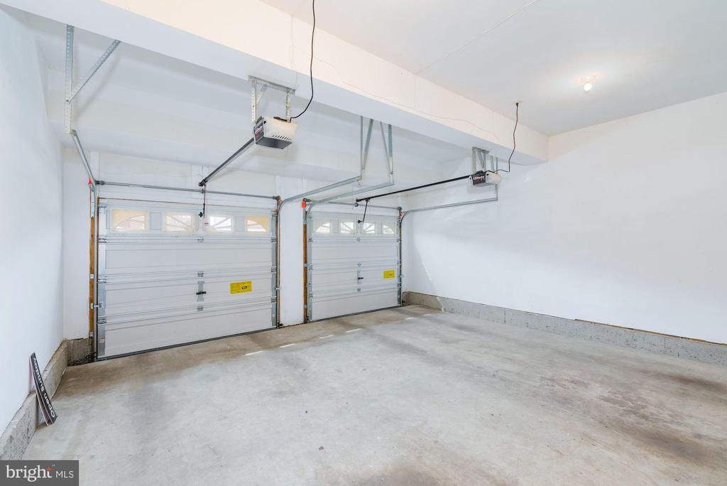 Clean and bright OVER sized garage - 25948 DONOVAN DR, CHANTILLY