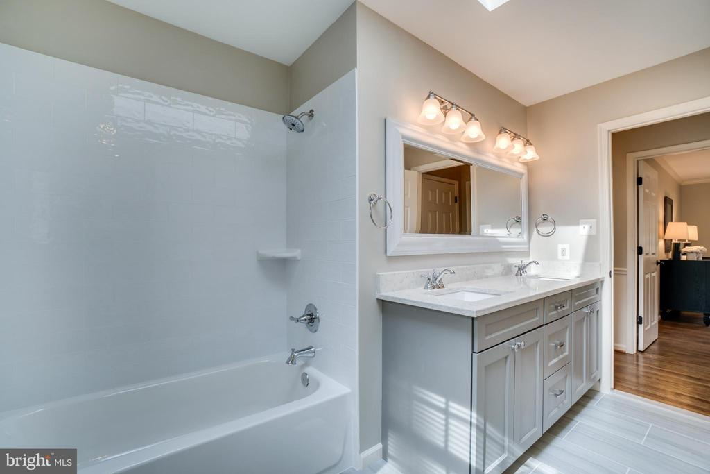 Upper Level Secondary Bathroom - 2050 CROSSING GATE WAY, VIENNA