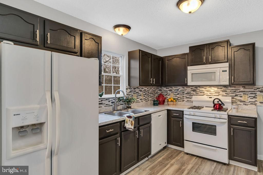 Renovated kitchen with new counters & backsplash - 129 HILL VALLEY DR, WINCHESTER