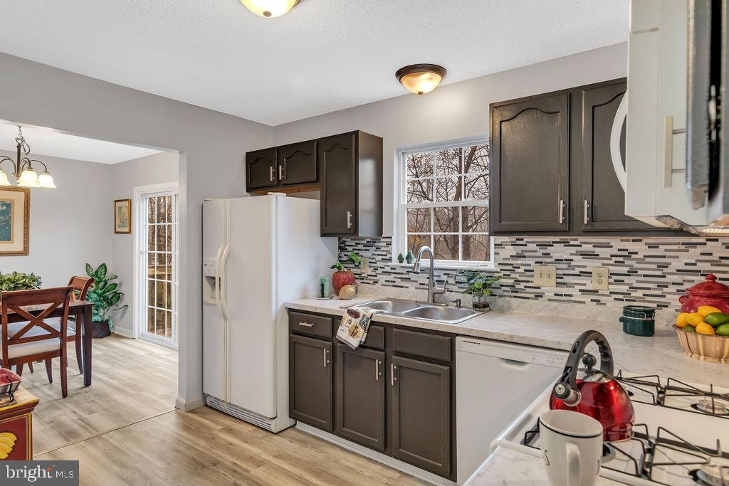 Newer appliances with gas range - 129 HILL VALLEY DR, WINCHESTER