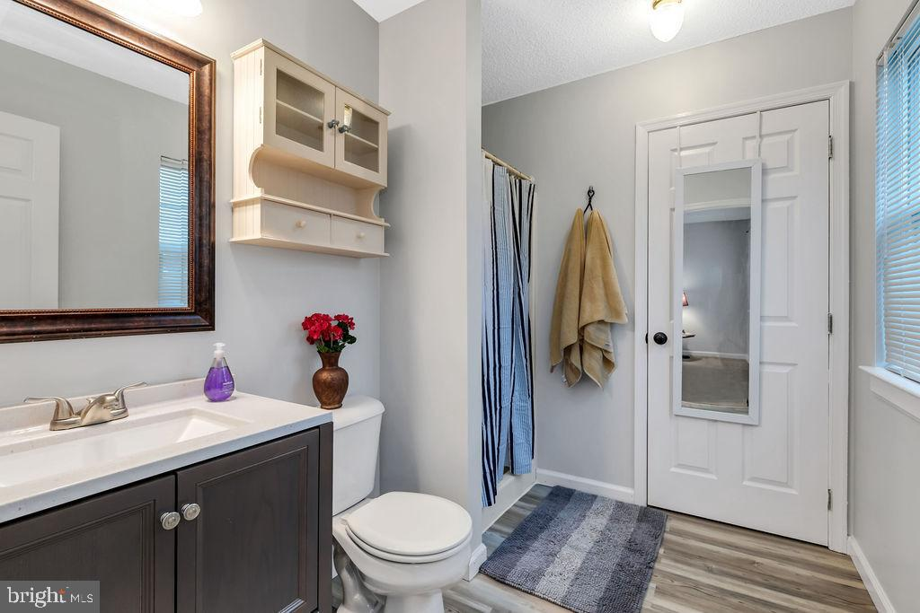 Master bath with additional closet - 129 HILL VALLEY DR, WINCHESTER