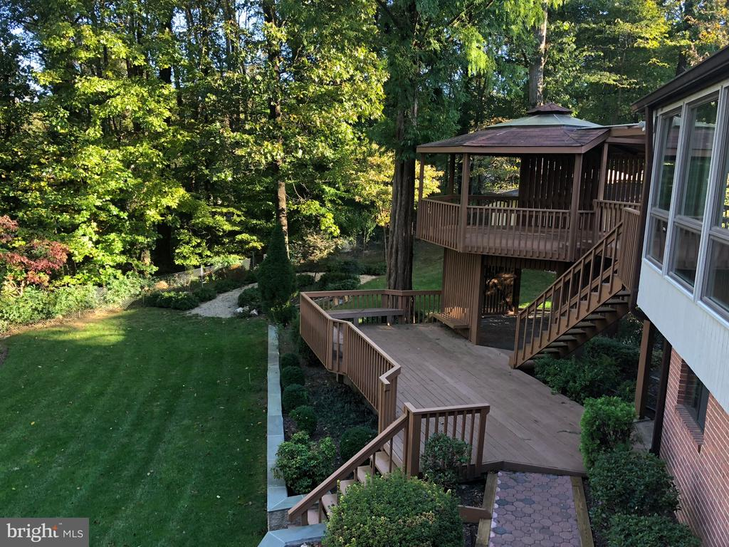 back yard with gazebo and deck - 8900 GLENBROOK RD, FAIRFAX